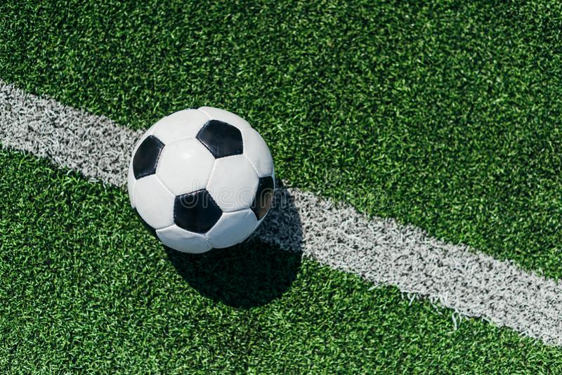 hoogste mening van voetbalbal op groen gras stock afbeelding