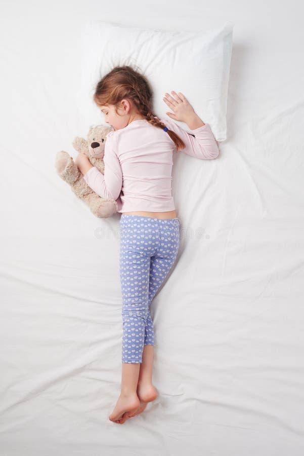 Hoogste mening van weinig leuke meisjesslaap met teddy stock fotografie