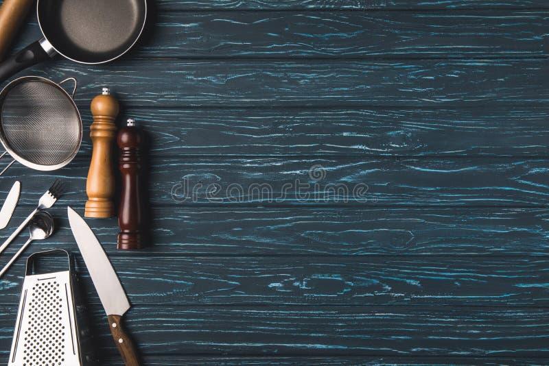 hoogste mening van werktuig voor het koken op houten lijst stock foto's