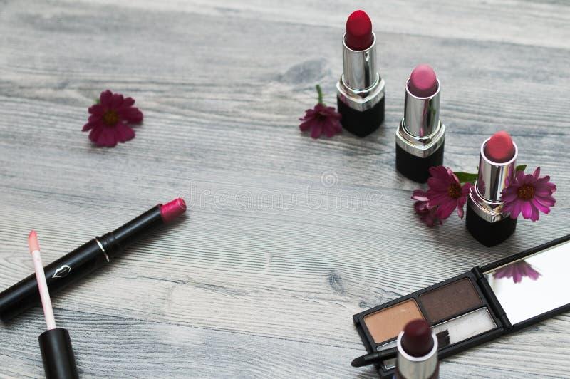 Hoogste mening van wijfje met make-upn met inbegrip van lippenstiften, oogpalet, stichting, borstels en anderen stock fotografie