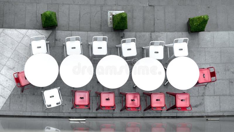 Hoogste mening van witte cirkellijst en stoelen bij openlucht stock fotografie