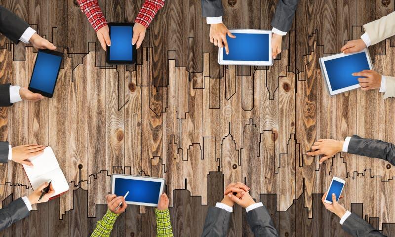 Hoogste mening van zakenlui die bij lijst zitten en gadgets gebruiken vector illustratie