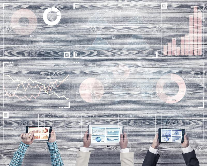 Hoogste mening van zakenlui die bij lijst zitten en gadgets gebruiken royalty-vrije stock afbeeldingen
