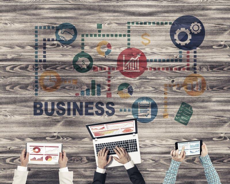 Hoogste mening van zakenlui die bij lijst zitten en gadgets gebruiken stock fotografie