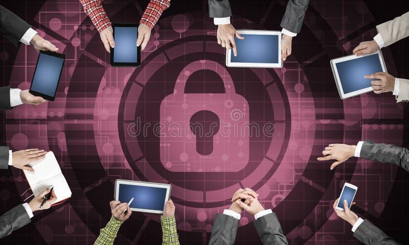 Hoogste mening van zakenlui die bij lijst zitten en gadgets gebruiken royalty-vrije illustratie