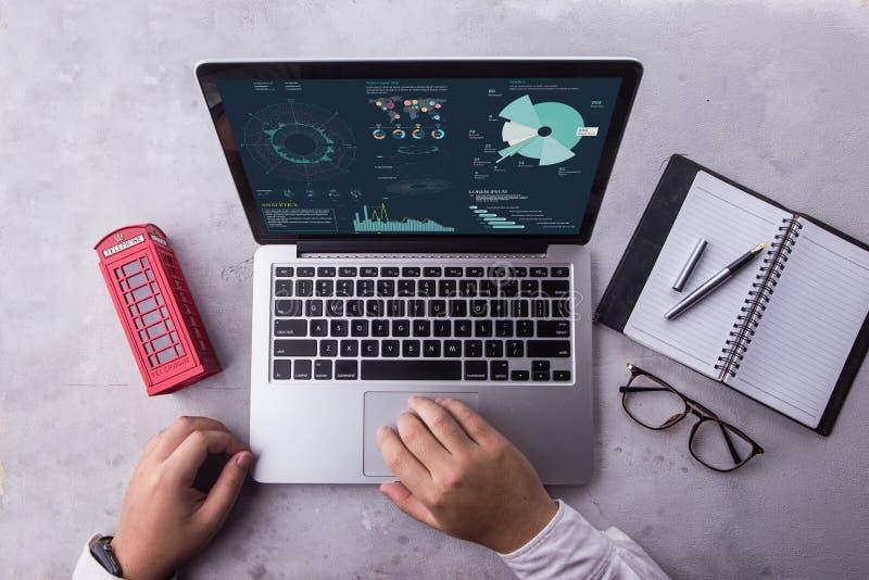 Hoogste mening van zakenman die laptop computer met statistiekengegevens met behulp van over het scherm royalty-vrije stock afbeelding