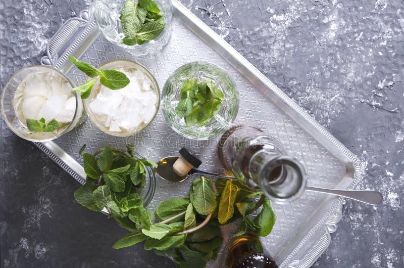 Hoogste mening van zilveren dienblad en glazen, fles met bourbon en verse munt   royalty-vrije stock afbeeldingen