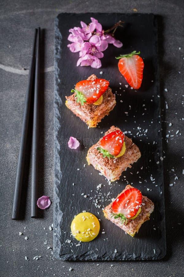 Hoogste mening van zoete die sushi van aardbei wordt gemaakt royalty-vrije stock foto
