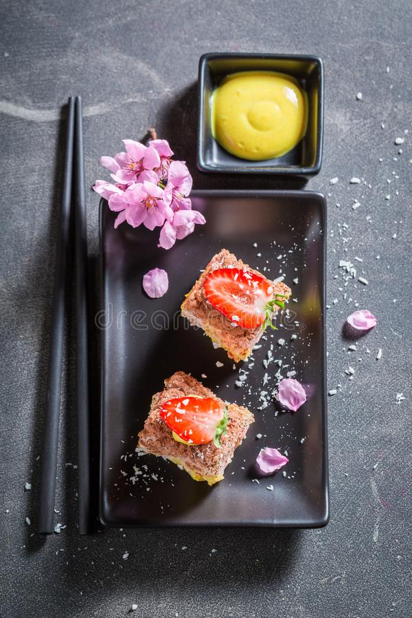 Hoogste mening van zoete die sushi van aardbeien wordt gemaakt stock foto