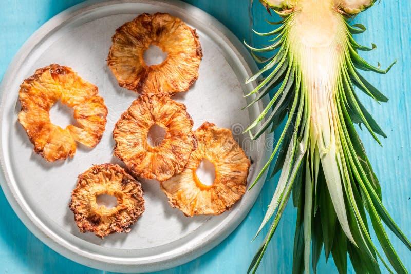 Hoogste mening van zoete en verse in de zon gedroogde ananas royalty-vrije stock afbeeldingen