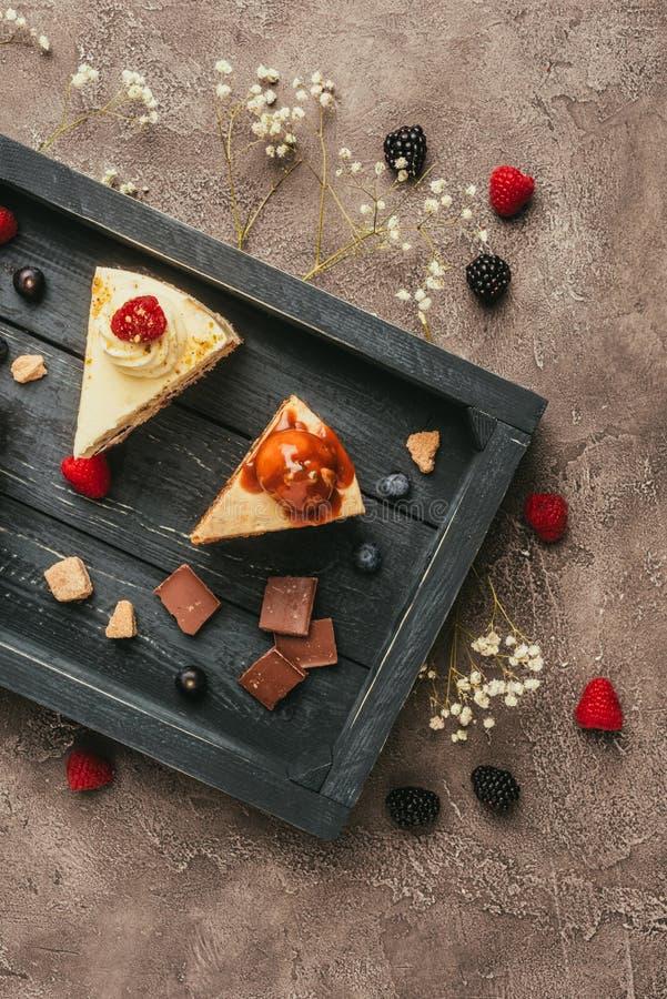 hoogste mening van zoete smakelijke cakes met chocolade en bessen royalty-vrije stock afbeeldingen