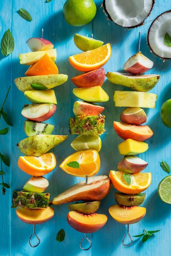 Hoogste mening van zoete vleespennen met vruchten op blauwe lijst stock foto