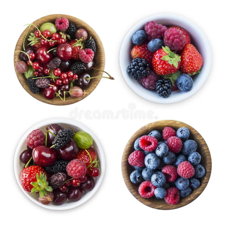 Hoogste mening Vruchten en bessen in kom op witte achtergrond wordt ge?soleerd die Rijpe frambozen, bosbessen, kersen, aardbeien, stock afbeeldingen