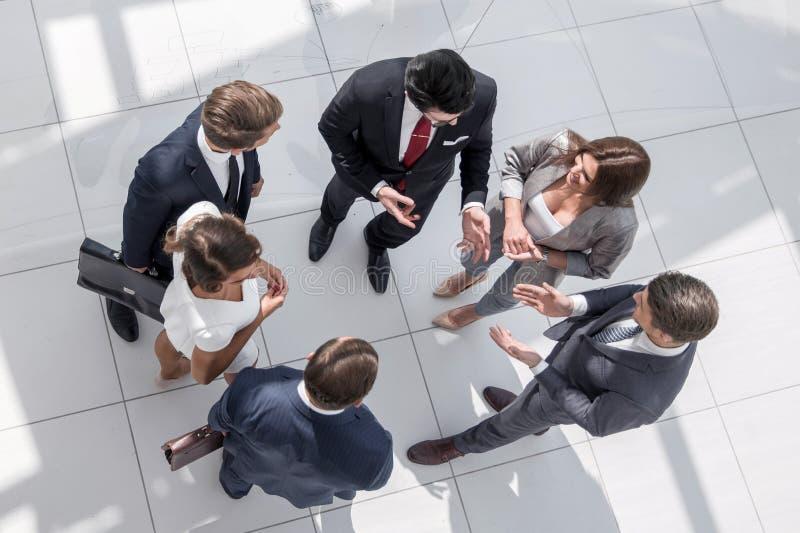 Hoogste mening werknemers die huidige taken bespreken stock foto's