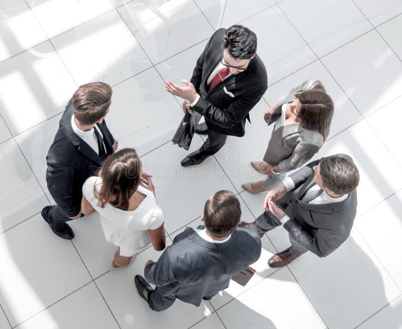 Hoogste mening Werknemers die zich in een modern bureau bevinden stock fotografie