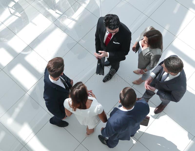 Hoogste mening Werknemers die zich in een modern bureau bevinden stock afbeelding