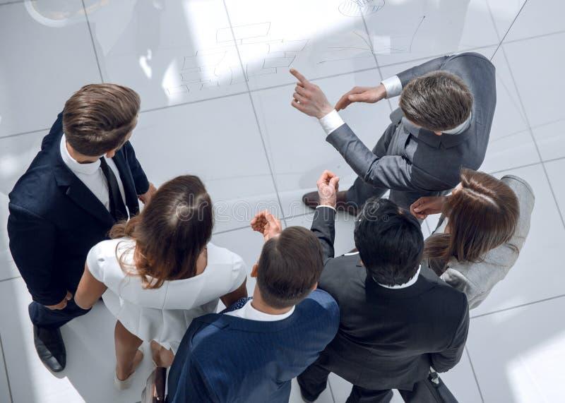 Hoogste mening Zakenman die aan het commerciële team spreken royalty-vrije stock foto