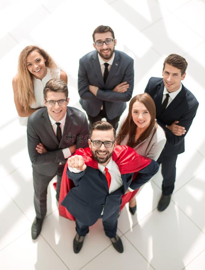 Hoogste mening zakenmansuperhero en zijn jong commercieel team stock afbeeldingen