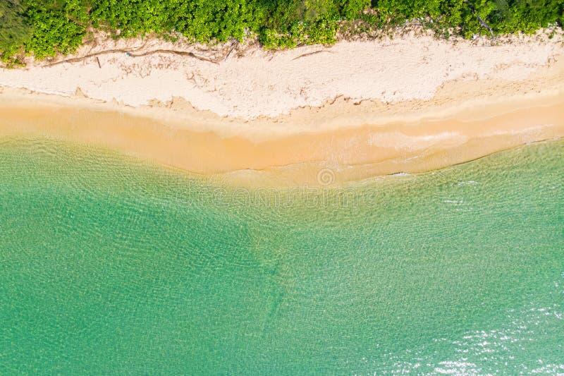 Hoogste menings luchtfoto van vliegende hommel een ongelooflijk mooi overzees landschap met turkoois water met exemplaarruimte vo stock afbeeldingen