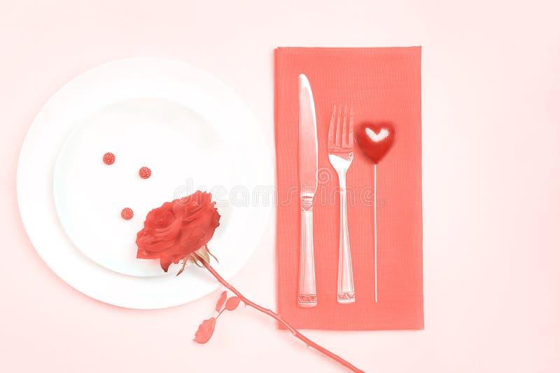 Hoogste menings romantische lijst die voor Valentijnskaartendag of de vieringshuwelijk van de dinerdatum plaatsen met de rode roz royalty-vrije stock afbeeldingen