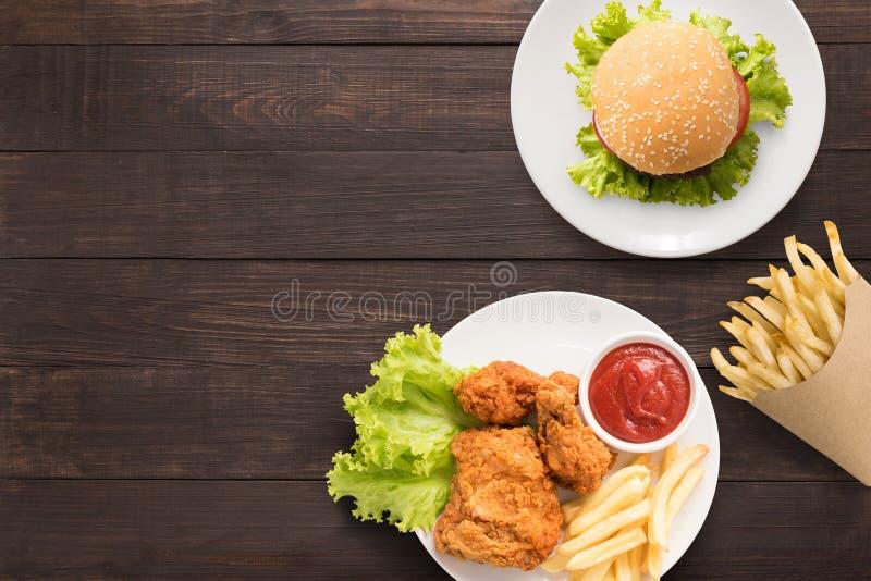 Hoogste meningsbbq hamburger, frieten en gebraden kip stock foto's