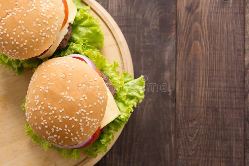 Hoogste meningsbbq hamburger op de houten achtergrond stock foto's