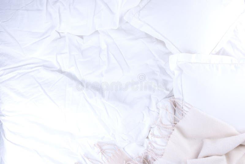 Hoogste meningsbed met verfrommeld bedblad, Goedemorgen na een comfortabele slaap Witte hoofdkussen en deken De ruimte van het ex royalty-vrije stock fotografie