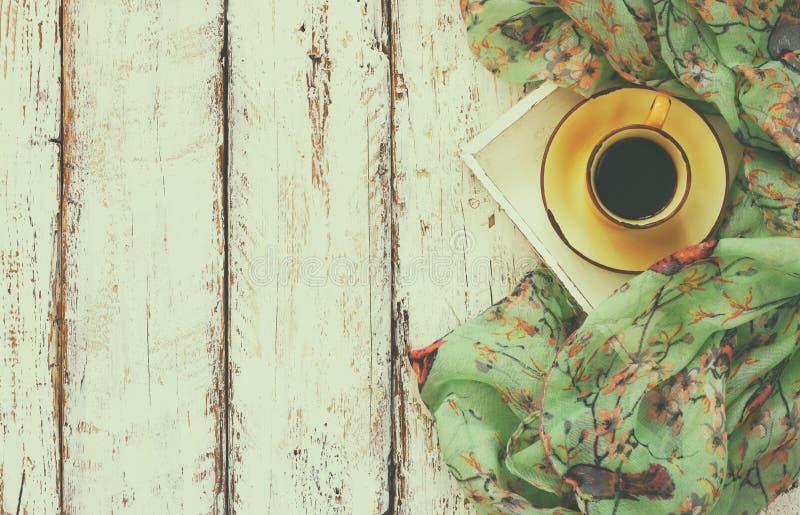 Hoogste meningsbeeld van de sjaal van de chiffonmanier met aan kop van koffie op een houten lijst retro gefiltreerde foto royalty-vrije stock afbeelding