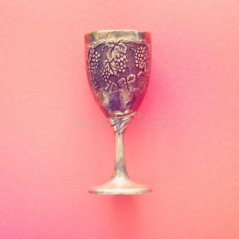 Hoogste meningsbeeld van Joodse wijnkop voor wijn passover vakantie en shabbat concept stock fotografie