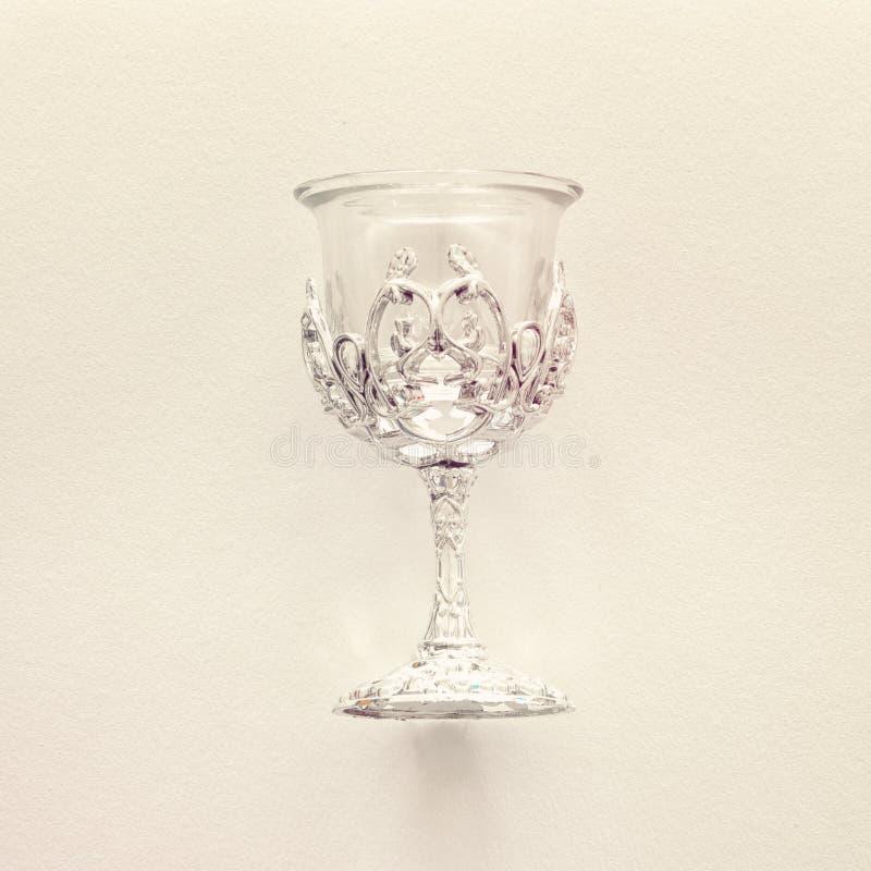 Hoogste meningsbeeld van Joodse zilveren wijnkop voor wijn passover vakantie en shabbat concept Gefiltreerde wijnoogst stock foto