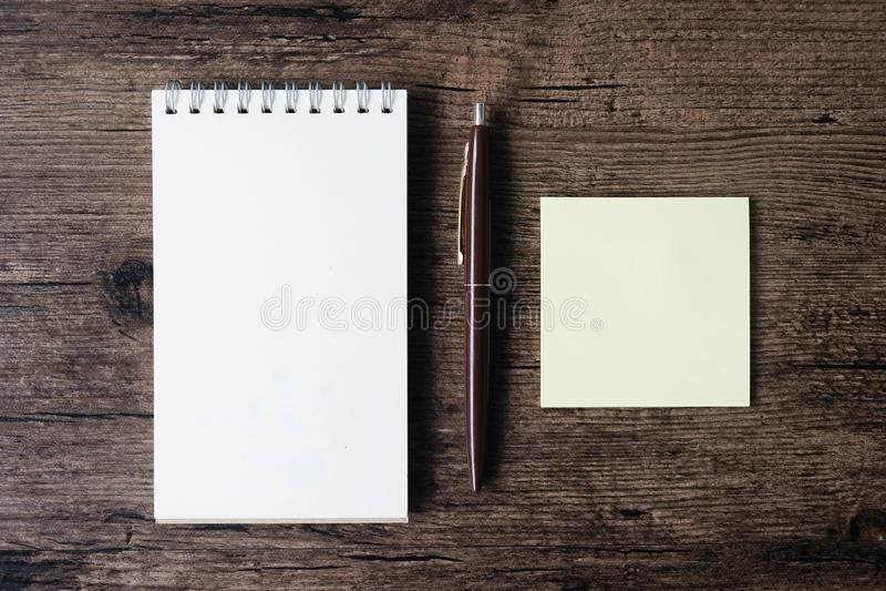 Hoogste meningsbeeld van leeg notitieboekje, lege kleverige notadocument en pe stock foto's