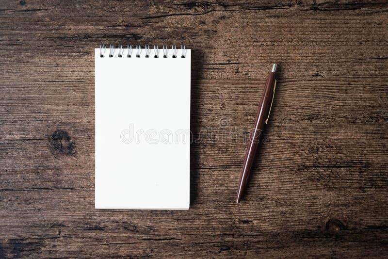 Hoogste meningsbeeld van open notitieboekje met blanco pagina en pen op w royalty-vrije stock foto