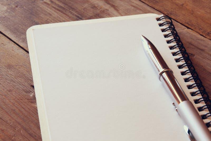 hoogste meningsbeeld van open notitieboekje met blanco pagina's royalty-vrije stock afbeeldingen