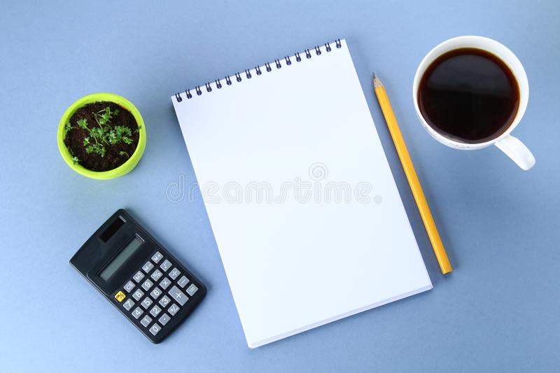 Hoogste meningsbeeld van open notitieboekje met blanco pagina's en koffie op blauwe achtergrond, klaar voor het kloppen of spot S royalty-vrije stock afbeeldingen