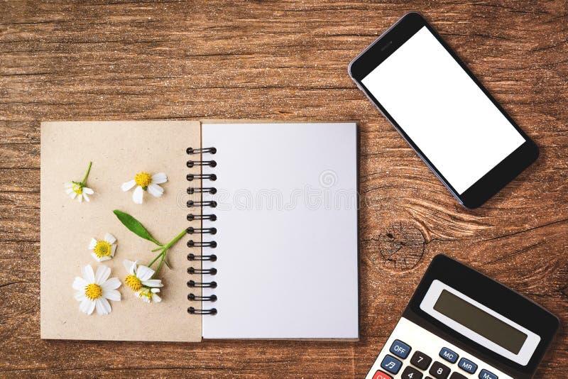 hoogste meningsbeeld van open notitieboekje met blanco pagina's naast chamomi stock foto