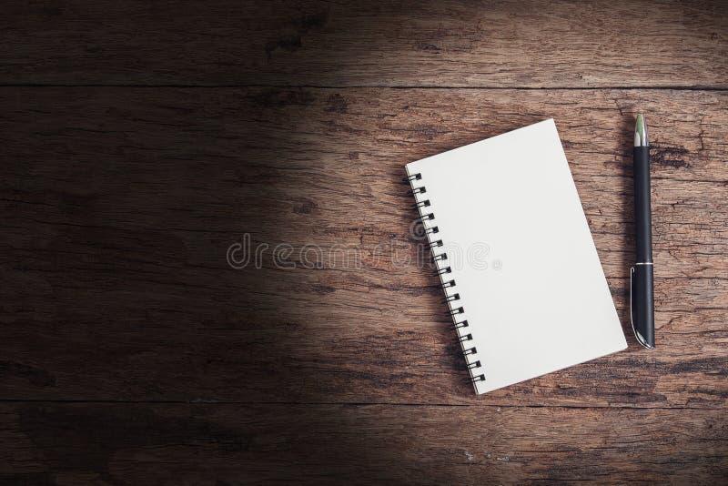 Hoogste meningsbeeld van open notitieboekje met spatie op houten lijst royalty-vrije stock fotografie