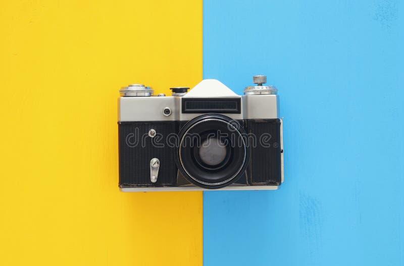 Hoogste meningsbeeld van uitstekende fotocamera over dubbele kleurrijke achtergrond stock fotografie