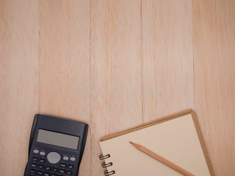 Hoogste meningscalculator, notitieboekje en potlood op beige houten achtergrond royalty-vrije stock afbeeldingen