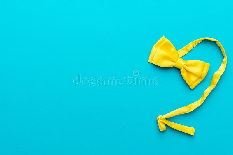Hoogste meningsfoto van gele vlinderdas over turkooise blauwe achtergrond met exemplaarruimte stock fotografie
