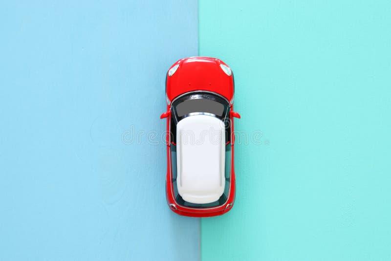 hoogste meningsfoto van stuk speelgoed auto over houten achtergrond stock afbeelding