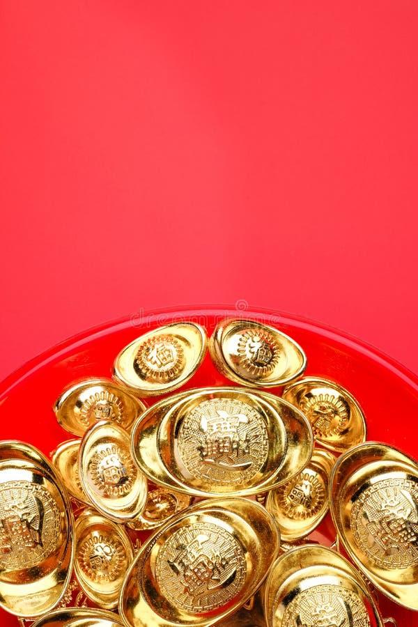 Hoogste meningsgroep gouden baren op rood dienblad bij rode achtergrond CH stock fotografie