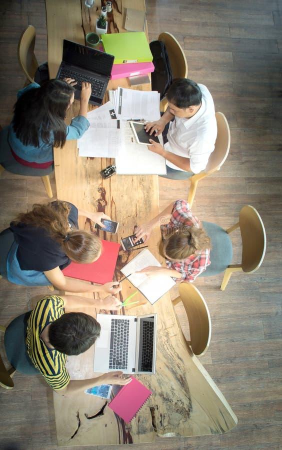 Hoogste meningsgroep tienervrienden die in team met rapporten en laptop werken royalty-vrije stock afbeeldingen