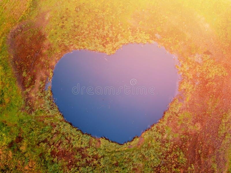 Hoogste meningsmeer in vorm van hart Blauw water De liefde van het concept royalty-vrije stock afbeelding