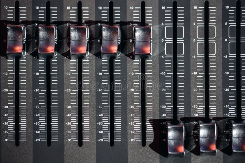 Hoogste meningsod regelaars en rode knopen van een het mengen zich console Het wordt gebruikt voor geluidssignalenwijzigingen om  stock foto's