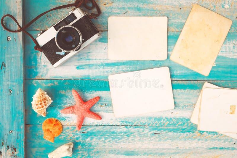Hoogste meningssamenstelling - Lege document fotokaders met zeester, shells, koraal en punten op houten lijst stock afbeeldingen