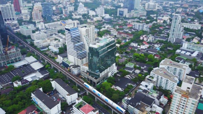 Hoogste meningsstad en Hemeltrein die van Bangkok van post uitgaan Hoogste mening van het moderne stad en traine gaan royalty-vrije stock foto