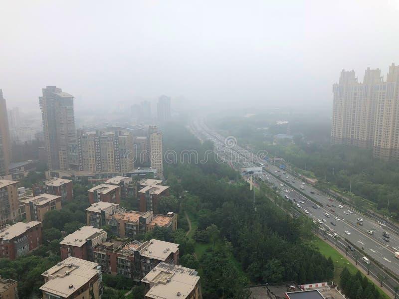 Hoogste meningsweg met strenge luchtvervuiling, mist en nevel in de stad van Peking, China royalty-vrije stock fotografie
