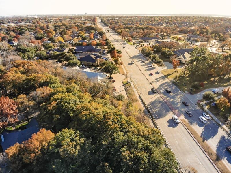 Hoogste meningswoonwijk dichtbij snelweg en de kleurrijke herfst le stock foto