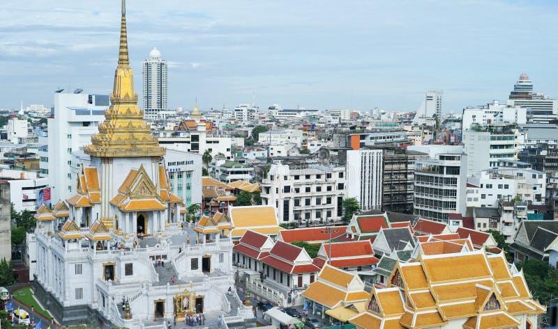 Hoogste oogvogel van tempel met de bouw van omringde Gouden en witte pagode met blauwe hemelachtergrond stock fotografie