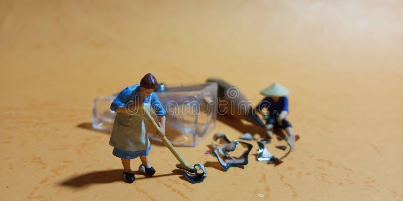 Hoogste Weergeven, Fotoman en vrouwen schoonmakend afval van scherper met negatieve ruimte stock foto